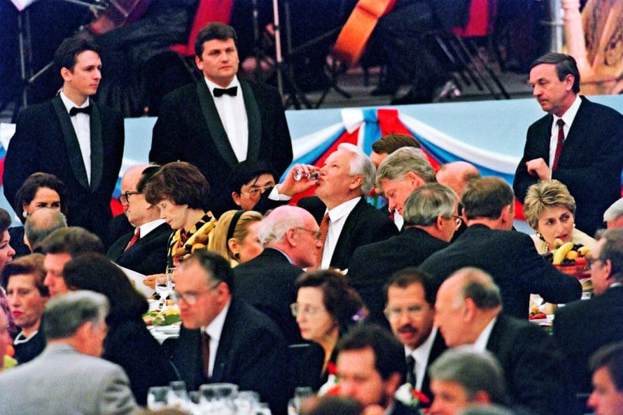 Presidentti Boris Jeltsin otti 1995 lasillisen kollegansa Bill Clintonin seurassa. Kuva Lehtikuva.