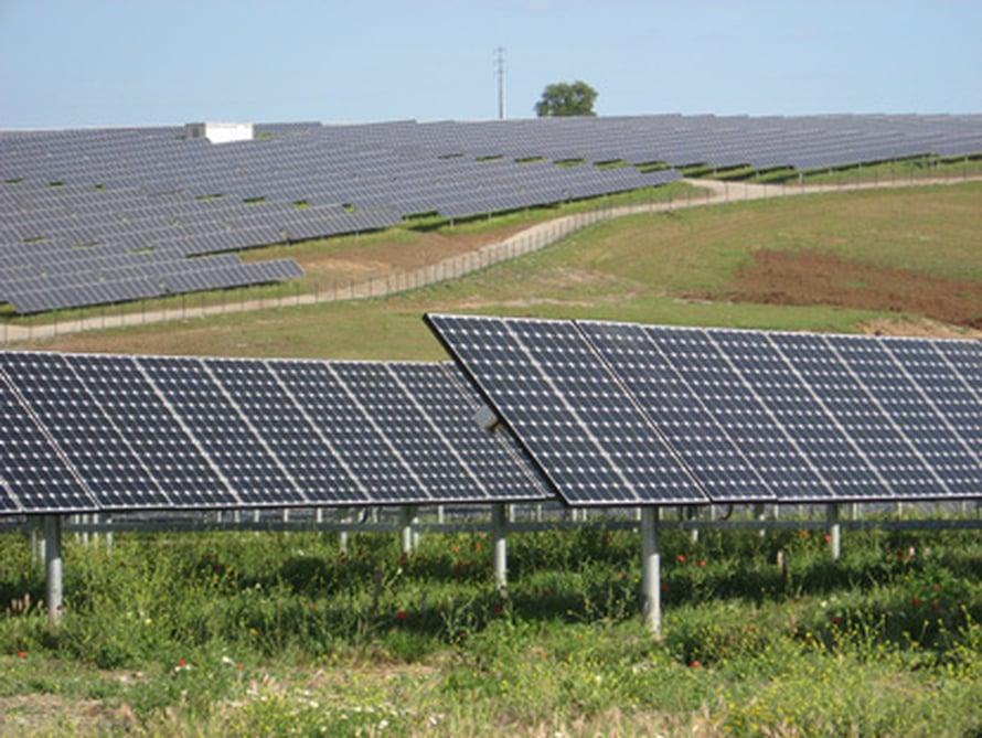 "Suuri aurinkovoimala Portugalissa. Kuva: <span class=""photographer""><A HREF=http://en.wikipedia.org/wiki/Image:SolarPowerPlantSerpa.jpg>Wikimedia Commons</A>.</span>"
