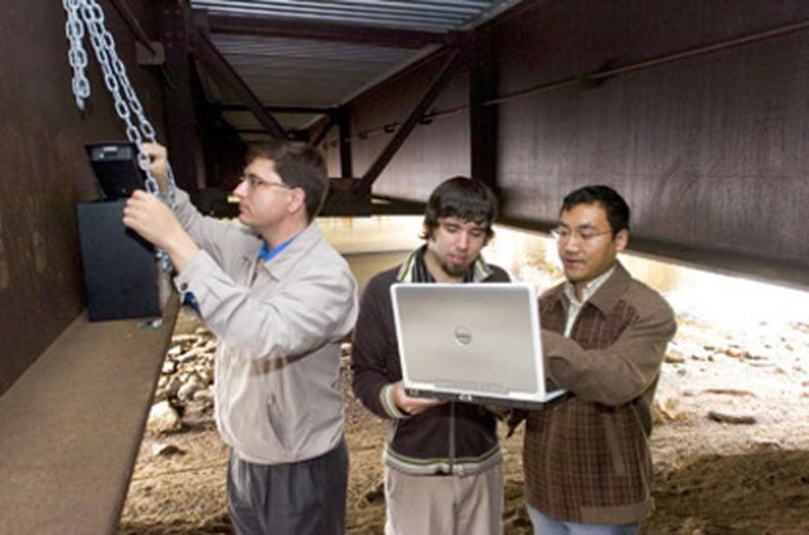 """Edward Sazonov kokeilee sensoreita yhdessä opiskelijoidensa Darrell Curryn ja Haodong Lin kanssa. Kuva: <span class=""""photographer"""">Clarkosonin yliopisto</span>"""