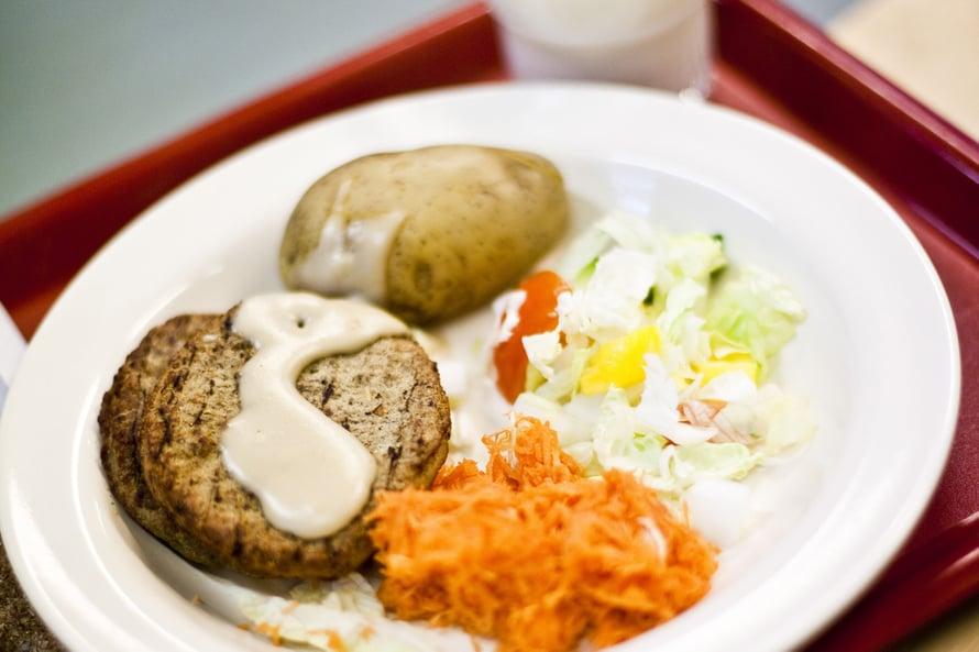 """Monelle lapselle päivän ainoa ateria. Kuva: <span class=""""photographer"""">Lehtikuva</span>"""