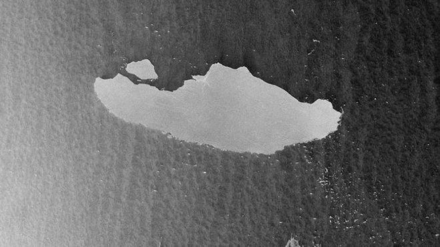 """Satelliitti Sentinel-1 havaitsi 23. huhtikuuta, että valtavasta jäävuoresta A-68 lohkesi pala. Iso on palakin, 19 kilometriä pitkä. Kuva: <span class=""""photographer"""">ESA / Sentinel-1</span>"""