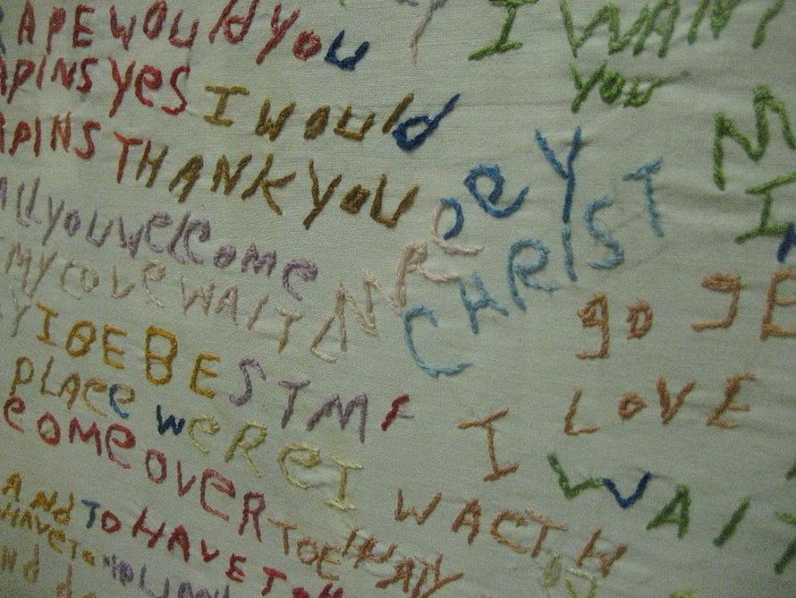Skitsofreniapotilaan kirjailema työ Gloren Psykiatrisessa museossa Missourissa.