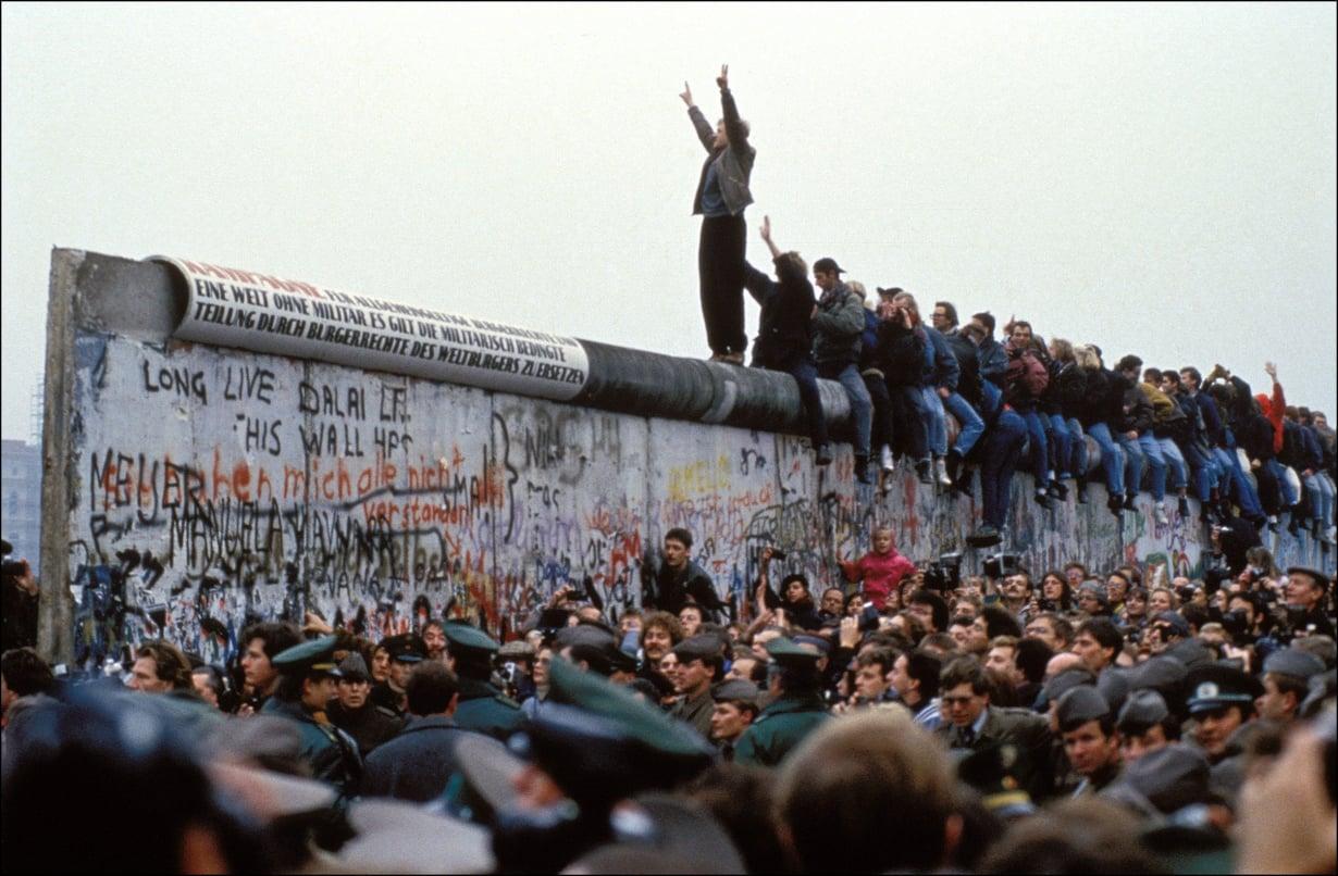 Tuhannet ihmiset kerääntyivät juhlimaan muurin avautumista. Kuva: Getty Images
