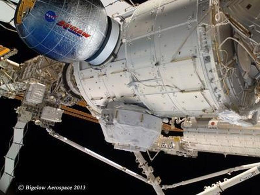 """Uusi lisähuone on havainnekuvassa sinisellä. Se menee viikattuna avaruuteen, ja avautuu kokoonsa vasta perillä avaruusasemalla. Kuva: <span class=""""photographer"""">Nasa/Bigelow Aerospace</span>"""