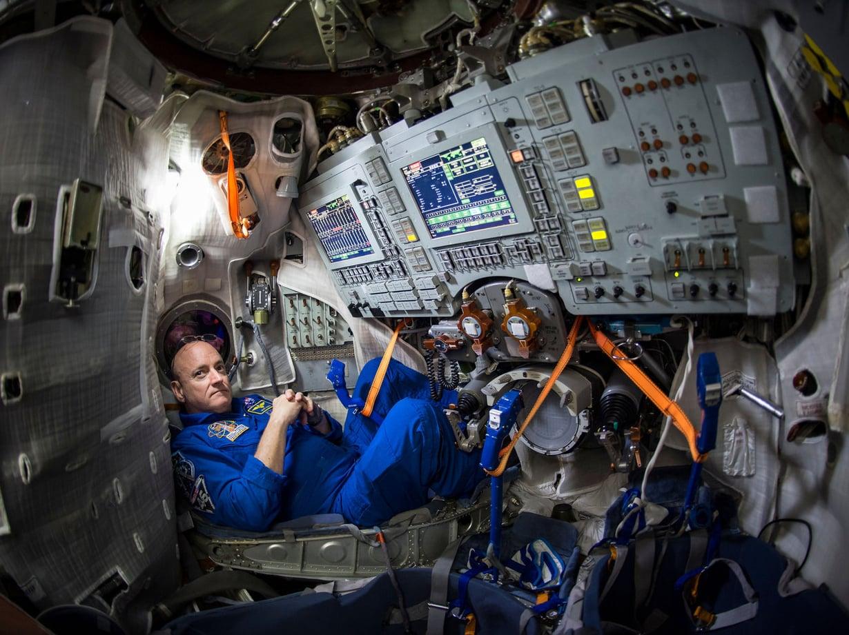 Astronautti Scott Kelly harjoitteli avaruuslentoa venäläisen Soyuzin simulaattorissa maaliskuun alussa. Kuva: NASA / Bill Ingalls