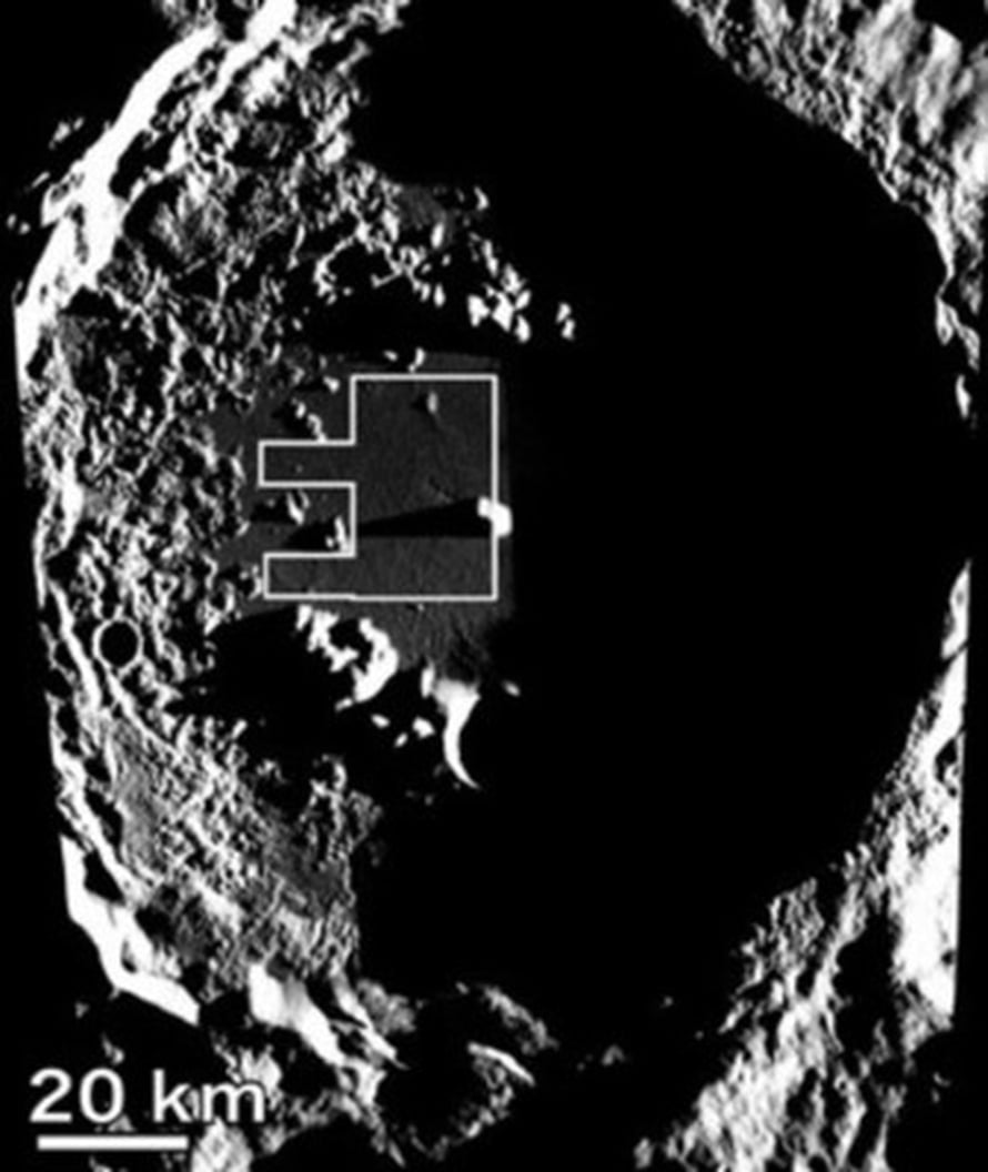 """Antoniadin kraatteri, jossa on tumma ja sileä basalttilattia. Rajattuna alue, jolta tutkijat laskivat kraatterit. Kuva: <span class=""""photographer"""">Junichi Haruyama, Science/ AAAS</span>"""