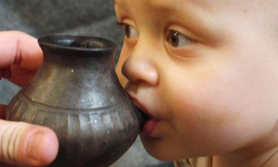 """Nykyajan vauva imee maitoa helposti saviastiasta, joka tehtiin noin 7000 vuotta vanhan saviastian mallin mukaan. Kuva: <span class=""""photographer"""">Helena Seidl da Fonseca</span>"""