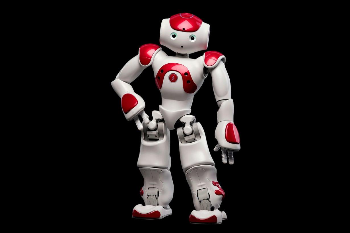 Tekniikkamallina on Nao, Pepperin pikkuveli, joka esittäytyi julkisuudessa ensi kerran jo 2009. Sitä pidetään sosiaalisten palvelurobottien esiasteena ja käytetään robotiikan opetuksessa eri puolilla maailmaa. Se osaa seurustella, tunteilla, hakea tietoa verkosta, tanssia, pelata ja auttaa pikkutöissä. Kuva Aldebaran Robotics.