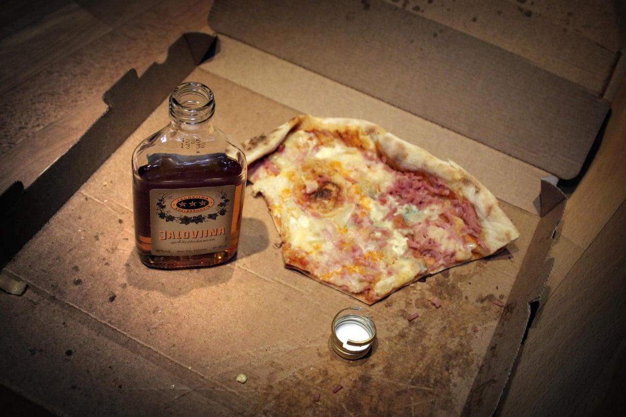 Viina ja rasvainen ruoka on tuttu yhdistelmä. Kuva: Kimmo Taskinen