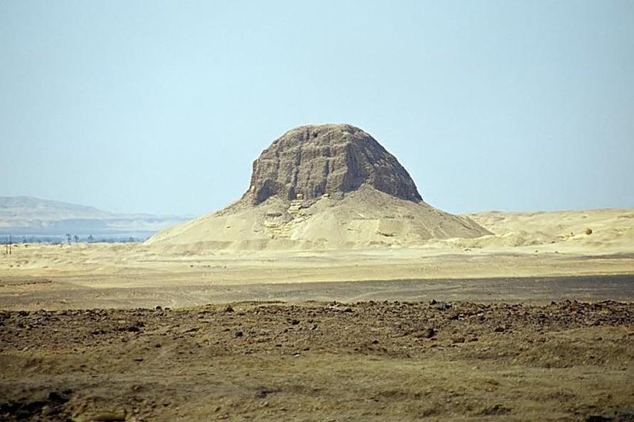 Muinaisista yhteiskunnista Egyptin El-Lahunissa oli suurimmat varallisuuserot. Kuvassa näkyy Sesostrin II:n pyramidi.