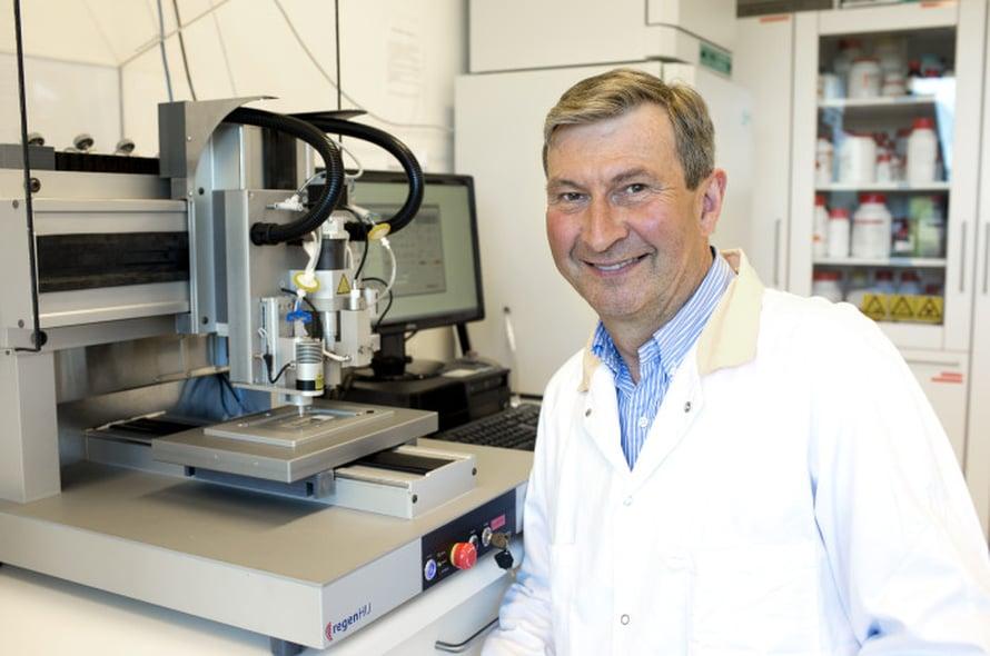 """Professori Paul Gatenholm vieressään 3d-biotulostin. Kuva: <span class=""""photographer"""">Peter Widing / Chalmersin teknillinen korkeakoulu</span>"""