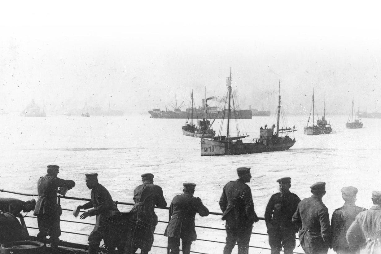 Ruuhkaa Hangon edustalla. Saksalaiset valmistautuvat maihinnousuun 3. huhtikuuta 1918. Vihollisesta ei ole huolta, sillä punaiset ovat paenneet kaupungista. Kuva: Hangon museo