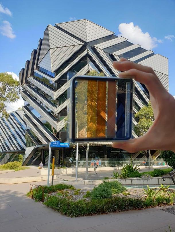 """Australialainen perovskiittipaneeli päästää valoa läpi. Monash-yliopiston ja Csiro-järjestön tutkimus julkaistiin Nano Energy -lehdessä huhtikuussa. Kuva: <span class=""""photographer"""">Jae Choul Yu</span>"""