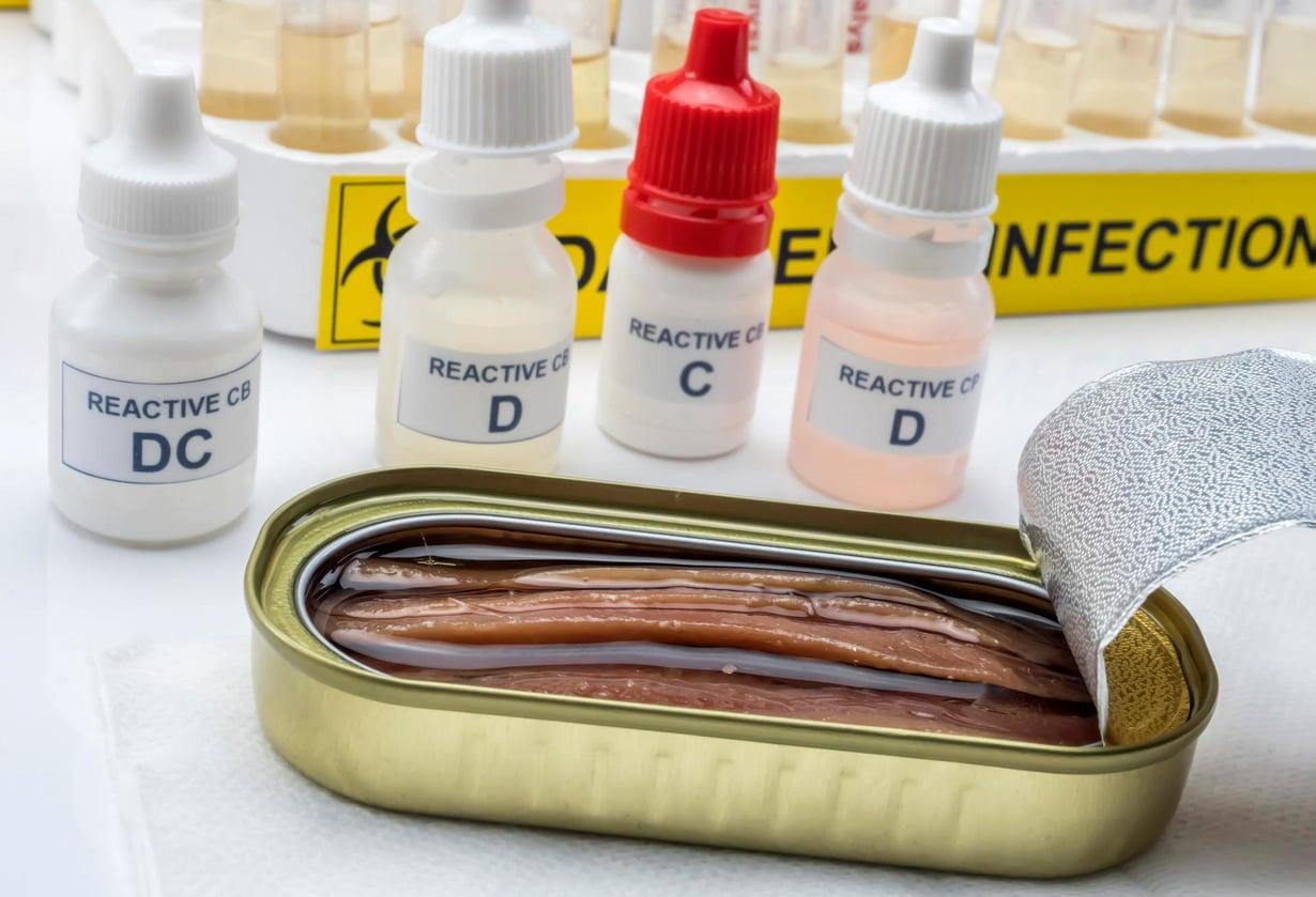 Kalasäilykkeissä voi olla otolliset olot bakteeri-itiöille, jolloin Clostridium botulinum -bakteeri pääsee kasvamaan. Botulismimyrkytykset ovat kuitenkin nykyään hyvin harvinaisia.
