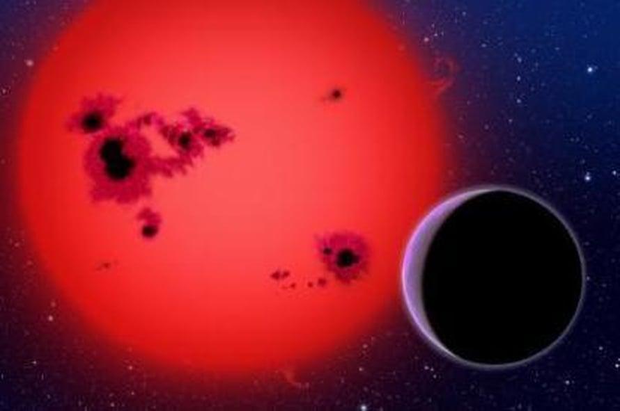 """Taiteilijan näkemys GJ 1214b-planeetasta, joka kiertää punaista kääpiötähteä 40 valovuoden päässä maasta. Kuva: <span class=""""photographer"""">David A. Aguilar, CfA</span>"""