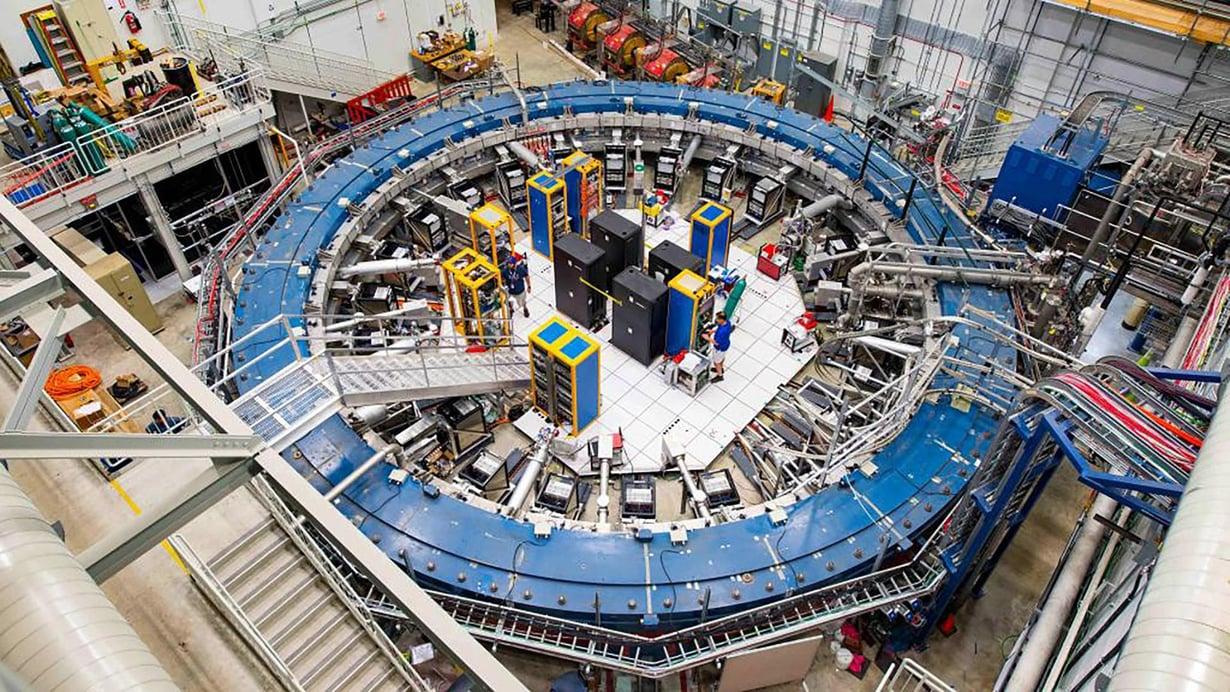 Fermilabin tutkimus tehtiin samalla kiihdyttimellä kuin Brookhavenin tutkimukset 20 vuotta aiemmin. Halkaisijaltaan 15-metrinen kiihdytinrengas kuljetettiin koetta varten yli 5000 kilometriä New Yorkista Iowaan. Kuva: Reidar Hahn/Fermilab