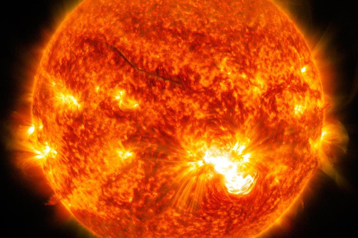 Aurinko synnyttää vikkeliä neutriinoja.