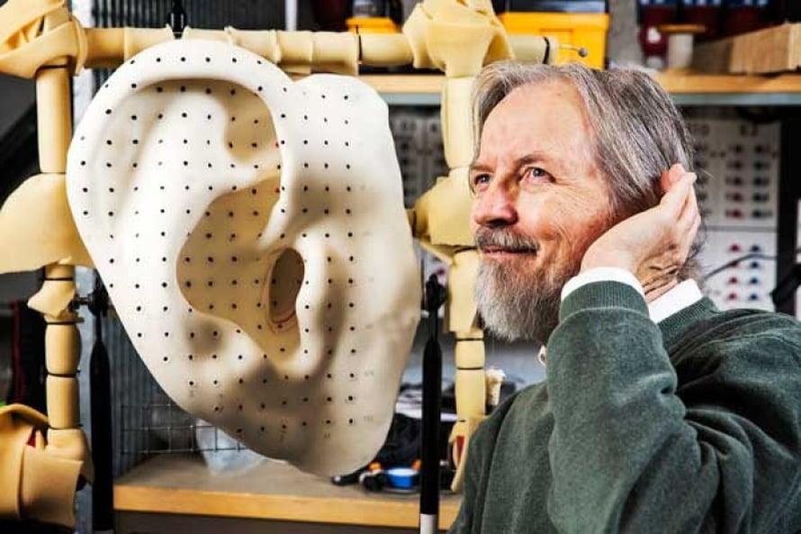 Jos revontulien äänille löytyy selitys, se voi muuttaa käsityksiä ilmakehän fysiikasta, pohtii professori Unto K. Laine. Kuva Juha Salminen