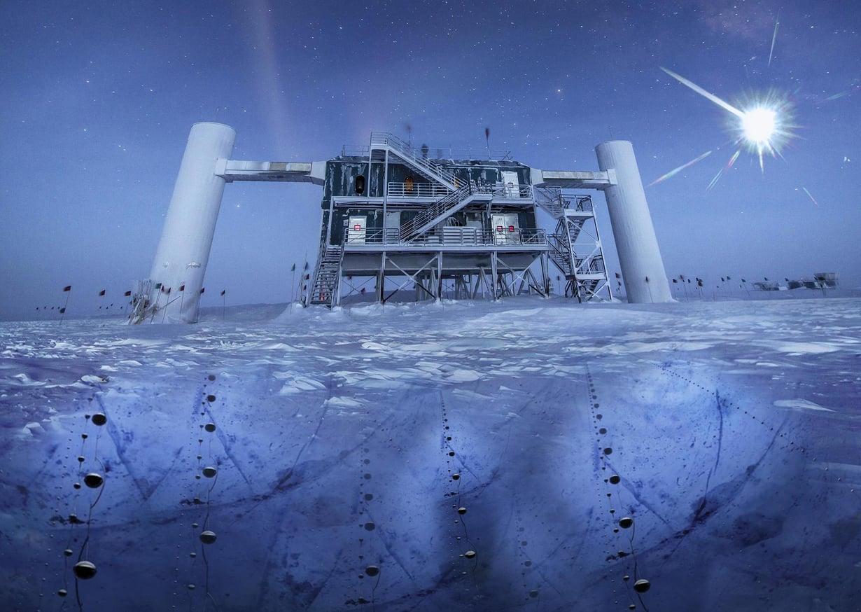 Neutriino-observatorio Icecube on Etelämantereella maantieteellisellä etelänavalla. Se koostuu pitkistä ilmaisimista, jotka on upotettu pystysuoraan syvälle mannerjäähän. Kuva: NATIONAL SCIENCE FOUNDATION