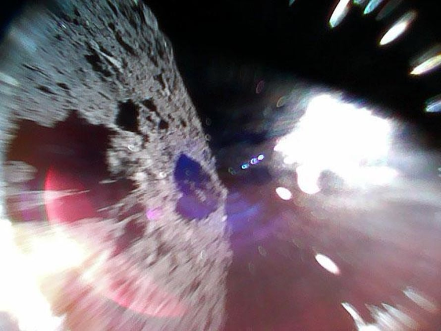 Tämän kuvan robotti otti asteroidin pinnalta hypyn aikana. Kuva: Japan Aerospace Exploration Agency