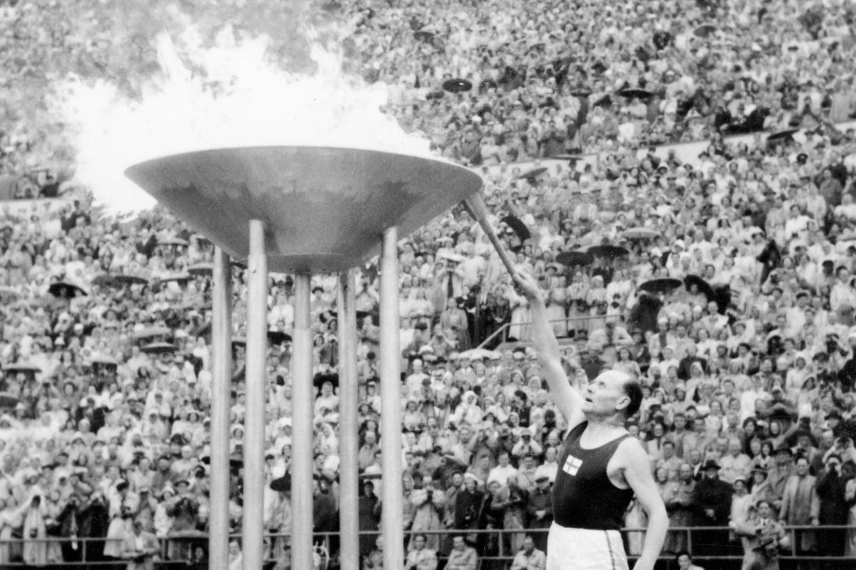 1952 Uran päättymisestä on 22 vuotta. Juoksijalegenda palaa vielä kerran stadionille. Nurmi sytyttää olympiatulen kotikisoissa Helsingissä.