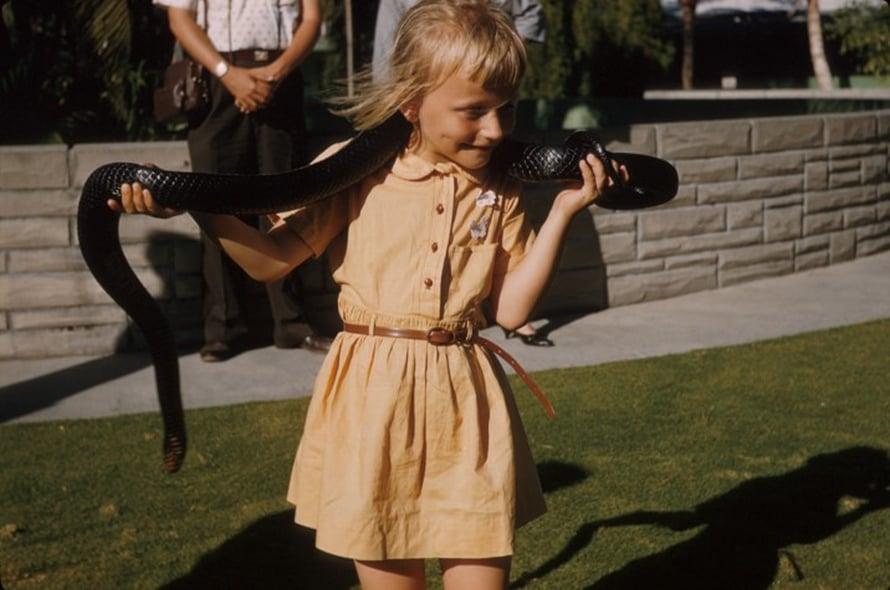 5 -vuotias Kiti ja käärme. Kuva on perhealbumissani.