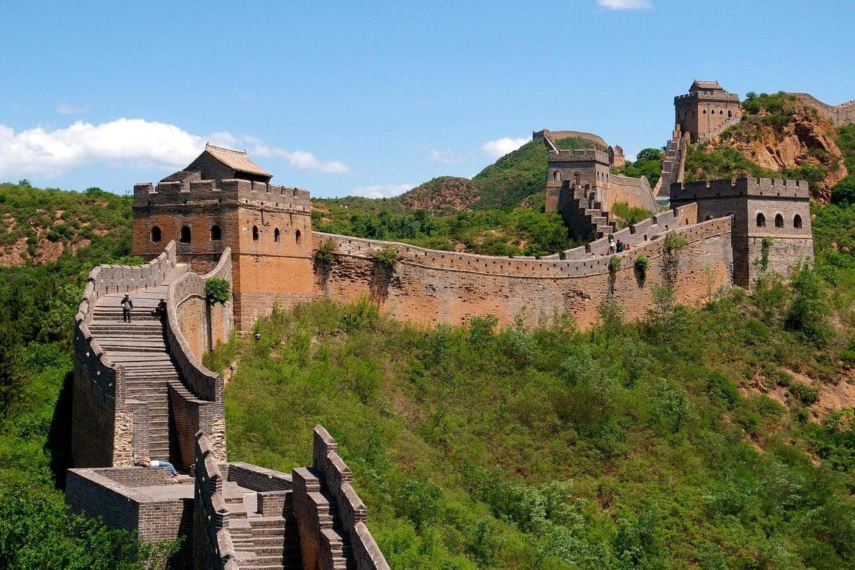 Kiinan muuri on historian kuuluisin ja pisin, 8000 kilometriä.