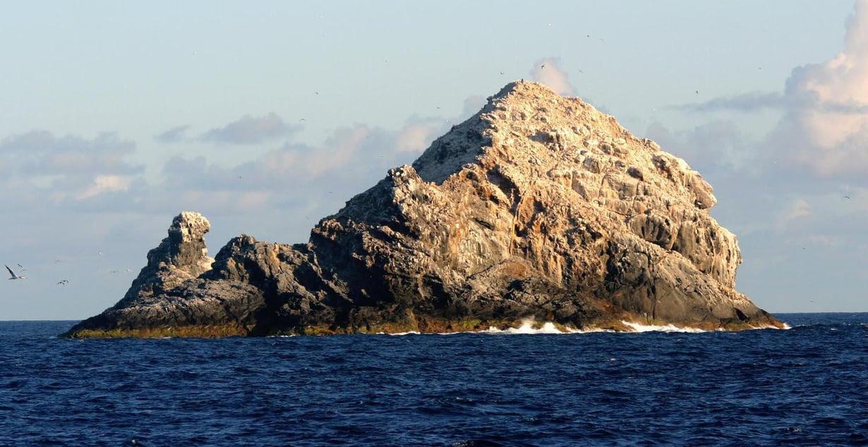 Pūhāhonun huippu kohoaa vain hieman yli viisikymmentä metriä Tyynen valtameren pinnan yläpuolelle. Kuva: NOAA