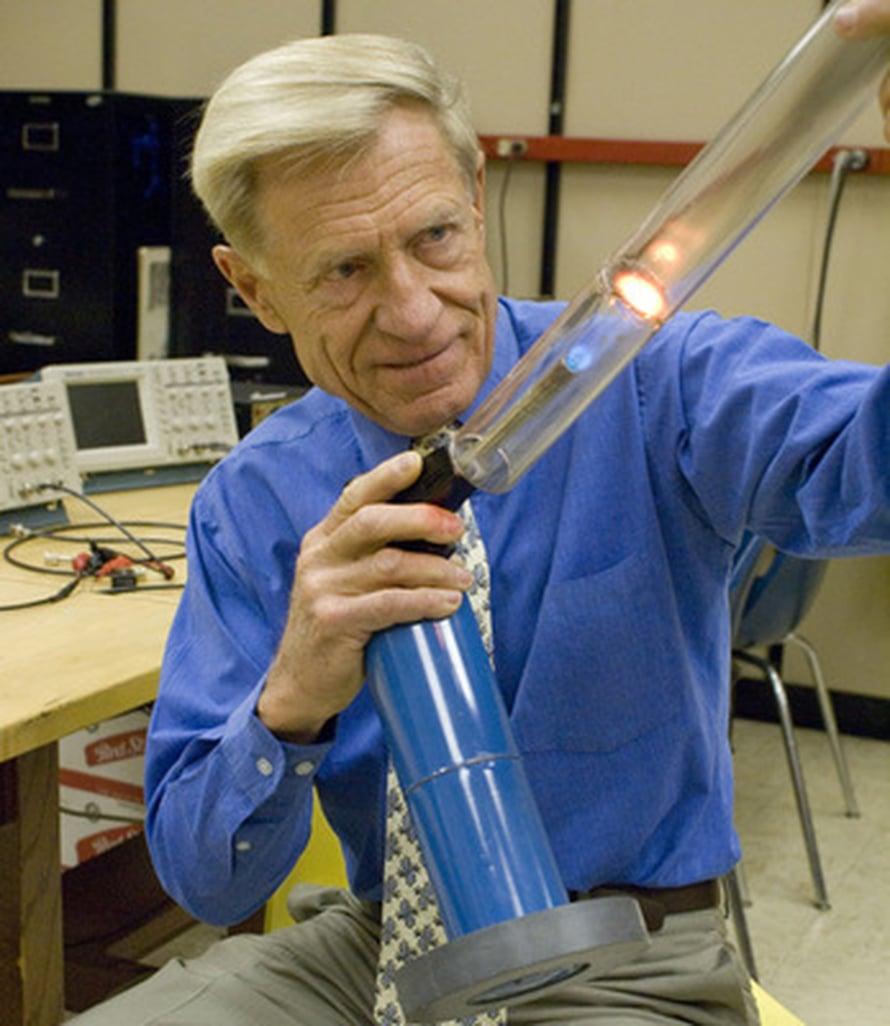 """Orest Symko lämmittää sylinteriä, joka muuttaa lämmön ääneksi. Kuva: <span class=""""photographer"""">Utahin yliopisto</span>"""