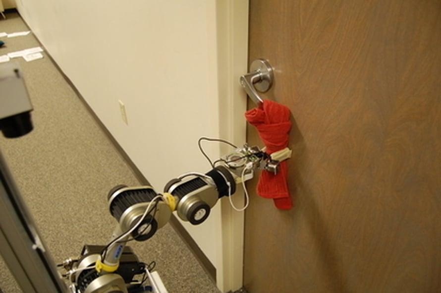 """Avustajarobotti avaa oven pyyhkeen avulla kuin koira. Kuva: <span class=""""photographer"""">GIT.</span>"""