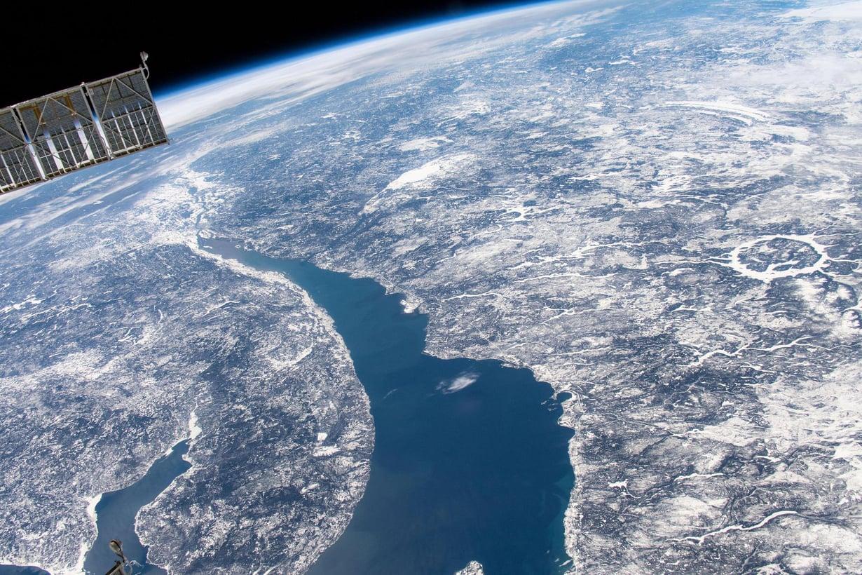 Manicouaganin törmäyskraatteri Kanadan Quebecissa erottuu pyöreänä muodostelmana satelliittikuvan oikeassa laidassa. Kuva: Kansainvälinen avaruusasema