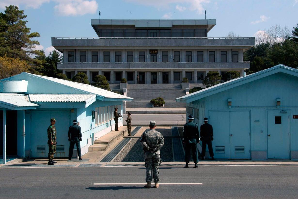 Koreoiden raja on maailman tarkimmin vartioitu raja. Sen syvässä ytimessä pohjoisen ja etelän sotilaat seisovat vieri vieressä mutta kivikasvoin, kuin toisiaan näkemättä. Kuva: Wikimedia Commons