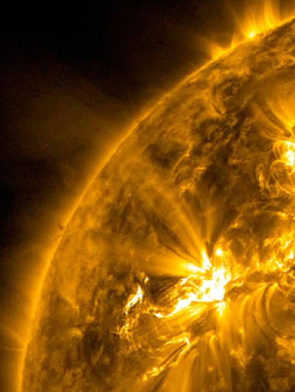 """Auringon aktiivisuudesta kertovat pilkkujen ohella hiukkaspurkaukset, joissa suurimmillaan avaruuteen syöksyy miljoonia tonneja hiukkasia. Maan magneettikentässä hiukkastulvat käynnistävät avaruusmyrskyjä. Purkauksia tapahtuu eniten ennen pilkkumaksimia, vähiten pilkkuminimin edellä. Yksittäisiä suuria purkauksia voi sattua myös pilkkutuotannon suvantovaihessa. Esimerkiksi 1900-luvun alussa, kun Aurinko tehtaili pilkkuja yhtä laiskasti kuin tätä nykyä, nähtiin jättiläispurkaus vuonna 1903 ja 1905. Kuva: <span class=""""photographer"""">Nasa</span>"""