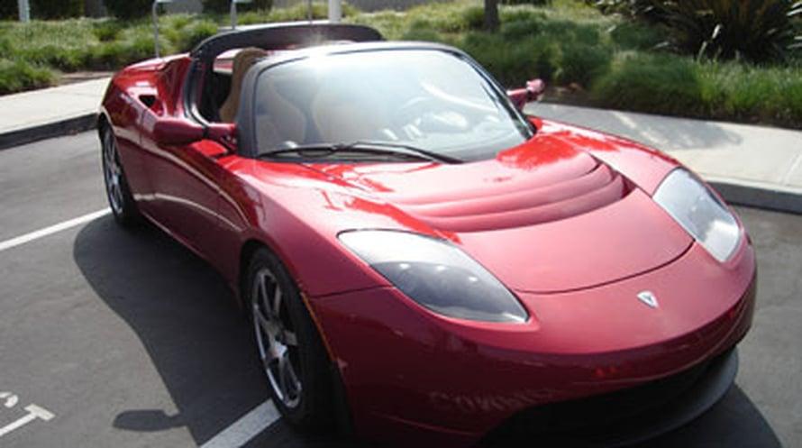 Sähköautoissa uudet nopeasti ladattavat akut olisivat erityisen hyödyllisiä. Kuvassa Tesla Roadster. (<A HREF=http://en.wikipedia.org/wiki/File:TeslaRoadster-front.jpg>Wikimedia Commons</A>)