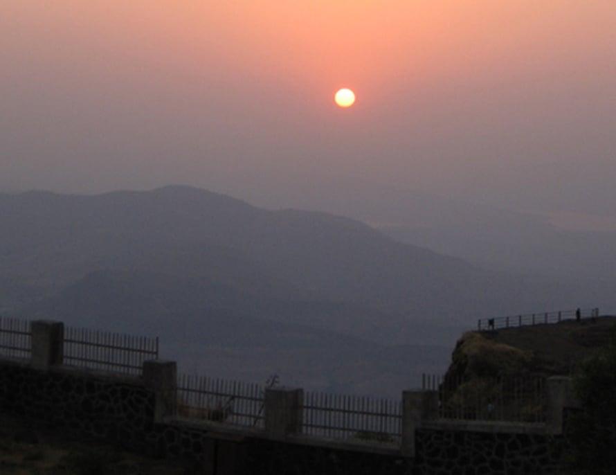 """Auringonlasku näkyy Intiassa ruskean udun takia himmeänä. Kuva: <span class=""""photographer"""">AAAS/Science.</span>"""