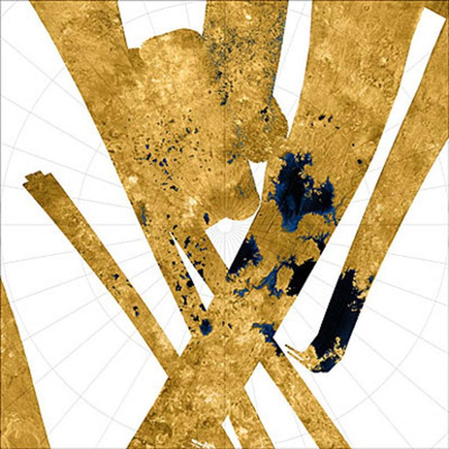 """Titanin pohjoinen napa-alue. Nestemäisiksi tulkitaan siniset ja mustat kohdat. Kuva: <span class=""""photographer"""">NASA/ JPL/ USGS</span>"""