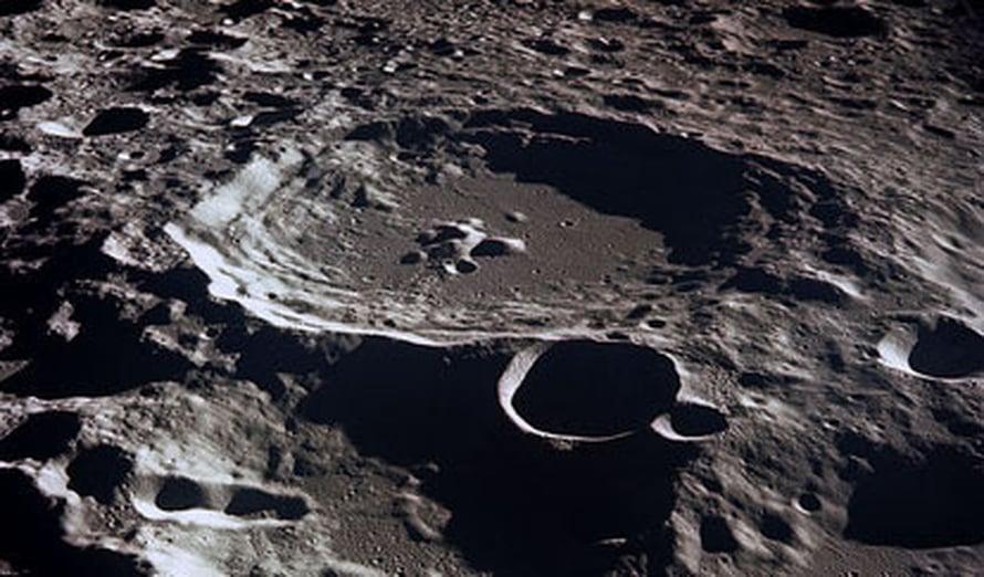 """Asteroidien jättämät kraaterit näkyvät edelleen Kuussa. <A HREF=http://en.wikipedia.org/wiki/File:Moon-craters.jpg>Kuva: <span class=""""photographer"""">Wikimedia Commons</A></span>"""