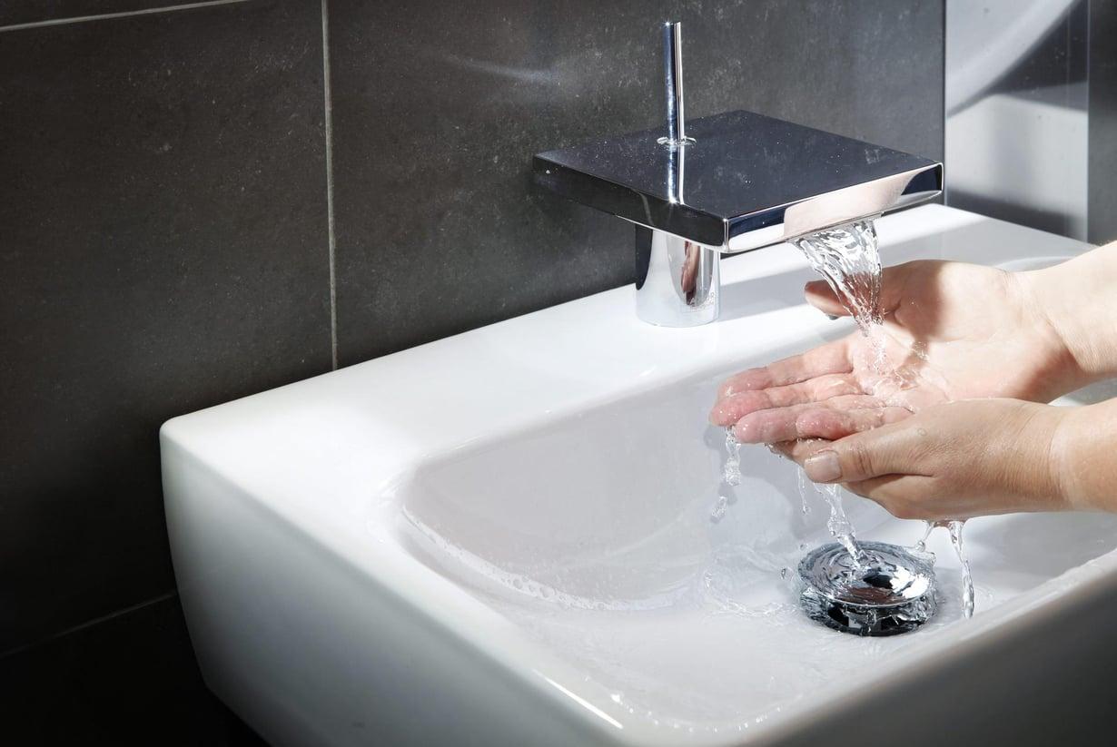 Pesualtaan poistoputkessa bakteerikalvo voi kasvaa ylöspäin. Kuva: Karoliina Paatos