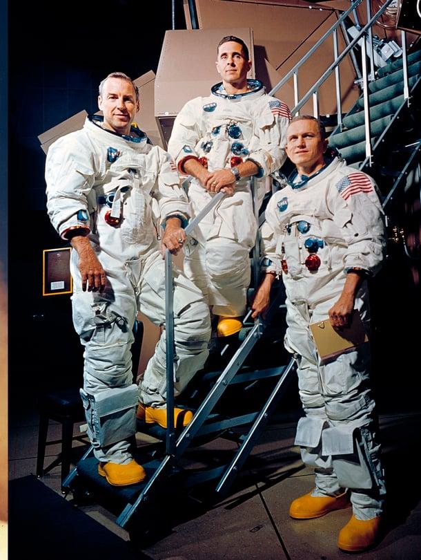 21.12.1968 voimakkaat moottorit työntävät massiivista Saturnus-rakettia kohti taivasta. Kilpailujuoksu Kuuhun on kääntymässä Yhdysvaltain voitoksi.  Oikealla: 13.11.1968 James Lovell, William Anders ja Frank Borman harjoittelevat historiallista suoritusta lentosimulaattorissa. Lennon päämäärä on vahvistettu päivää aikaisemmin.