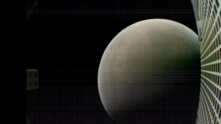 """Piensatelliitti Marco-B otti kuvan noin 6000 kilometrin päässä Marsista maanantaina 26. marraskuuta. Kuva: <span class=""""photographer"""">Nasa</span>"""