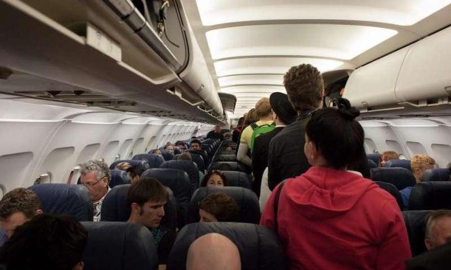 """Matkustajat joutuvat usein odottamaan tiiviisti pakkautuneena pääsyä omalle paikalle lentokoneessa. Kuva: <span class=""""photographer"""">Arizona State University</span>"""