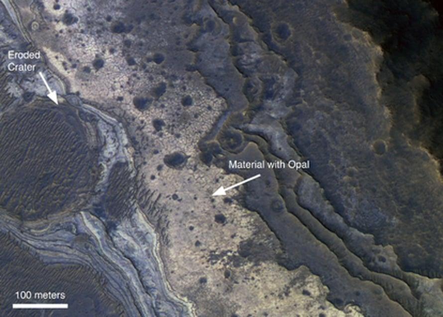 """Mars Reconnaissance Orbiter löysi vedestä kielivää opaalia (vaalea) Marsin Valles Marinerin kanjoneista. Kuva: <span class=""""photographer"""">NASA/JPL-Caltech/Univ. of Arizona</span>"""