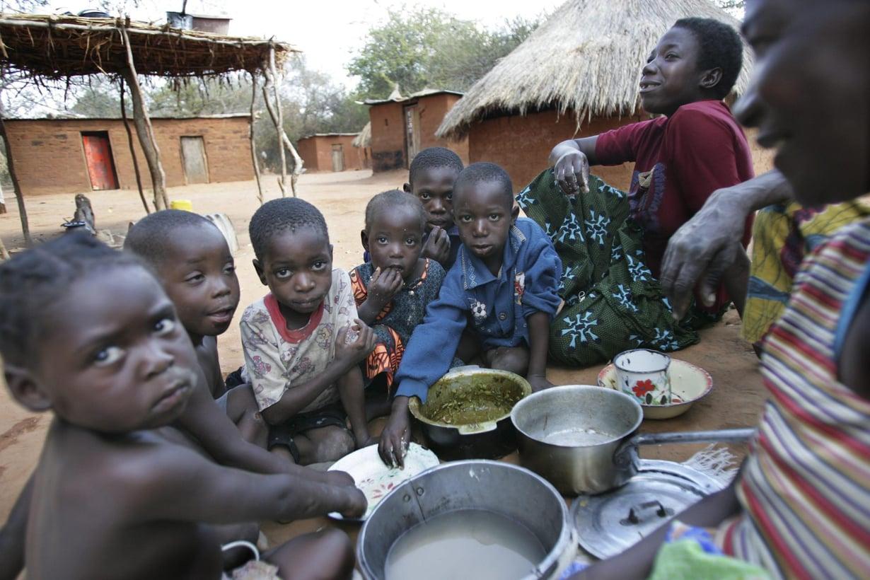 Afrikkalainen perhe ruokailee kylässään Sambesijoen rannalla. Kuva: Tea Karvinen