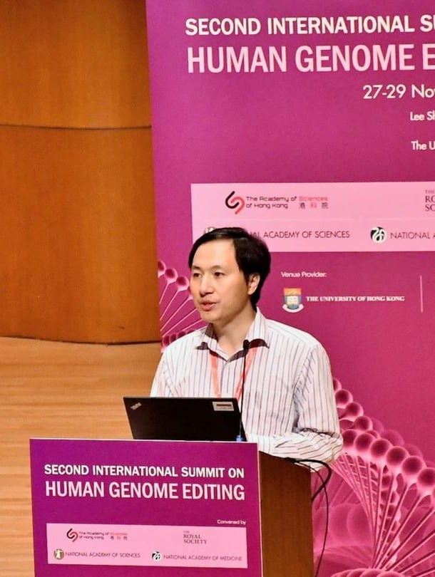 """Geneetikko He Jiankui teki kyseenalaisen kokeilun kaksostytöillä. Kuva: <span class=""""photographer"""">Wikimedia Commonsa</span>"""