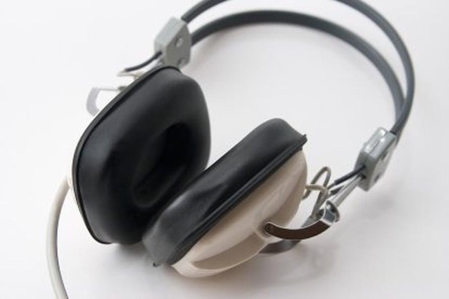 """Nuoret saattavat kuunnella rivoja sanoituksia toistakymmentä tuntia viikossa. Kuva: <span class=""""photographer""""><A HREF=http://en.wikipedia.org/wiki/File:Headphones_1.jpg>Wikimedia Commons</A></span>"""