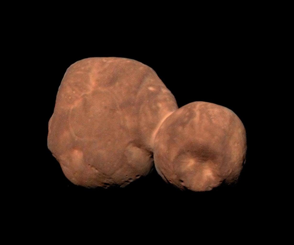 Punaruskea Arrokoth lymyää aurinkokuntamme reunalla Kuiperin vyöhykkeellä kaukana Plutonkin takana.