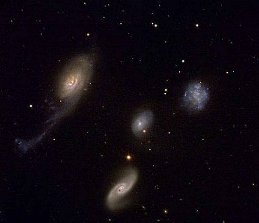 """Revennys galaksi oikealla (Kuva: <span class=""""photographer"""">Eso).</span>"""