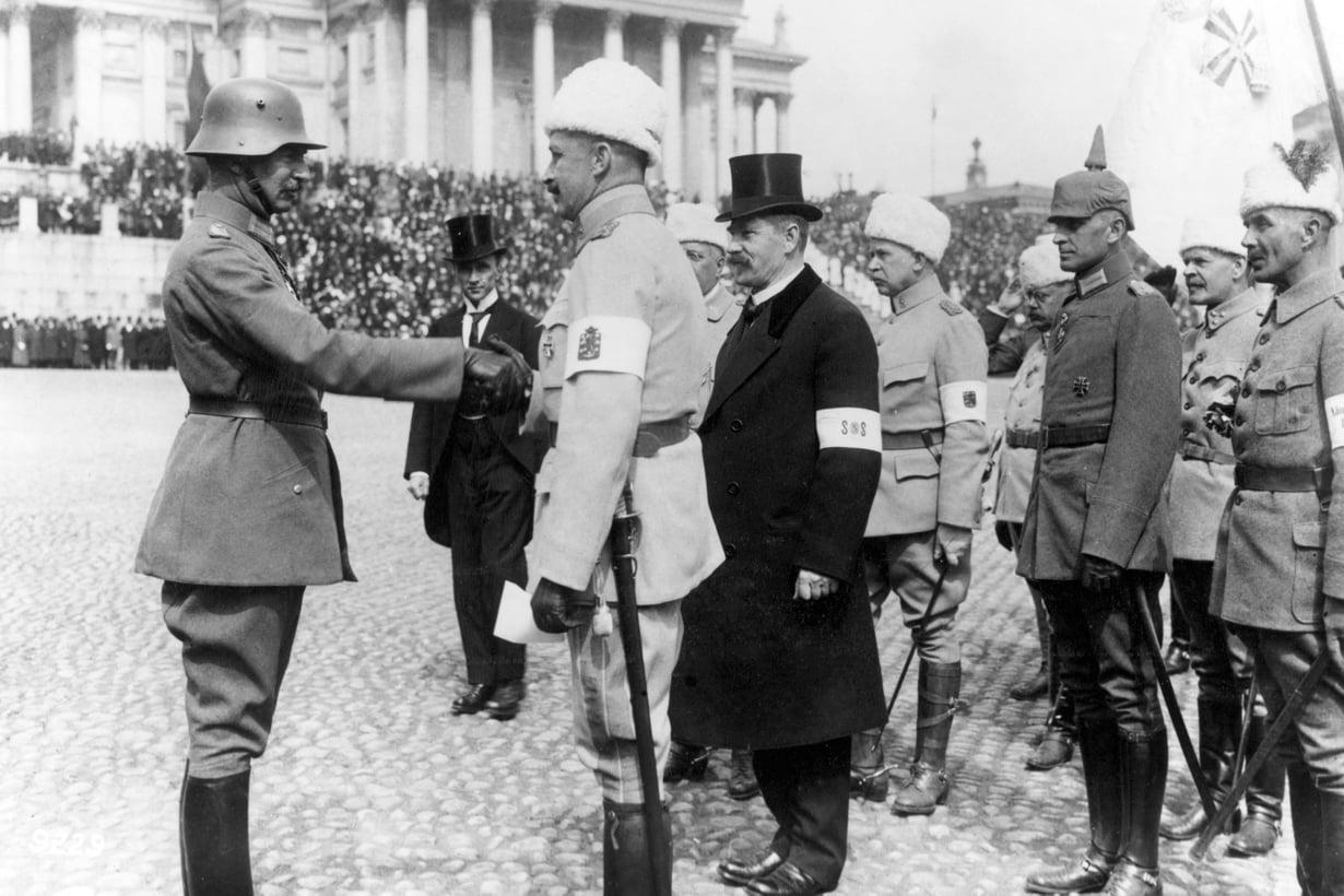 Punaiset on lyöty. Kenraali Rüdiger von der Goltz tervehtii Mannerheimia voitonparaatissa 16. toukokuuta. Kuva: Lehtikuva
