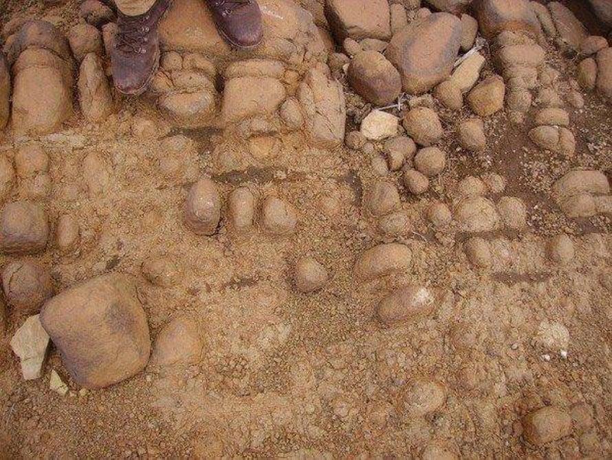 """Pyöreät murikat olivat asevarasto. Käteen sopivia kiviä säilytettiin kivikaudella metsästämistä varten. Kuva: <span class=""""photographer"""">Leeds Beckett University</span>"""