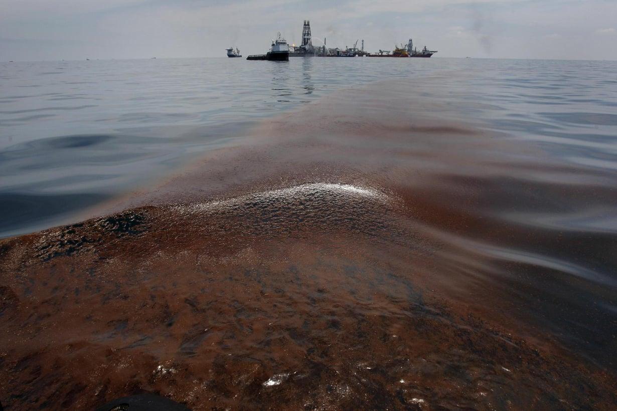 Öljyä kellui veden pinnalla Meksikonlahden öljyonnetomuuspaikan lähistöllä vuonna 2010. Kuva: Hans Deryk / Reuters